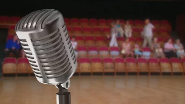 vídeos de stock, filmes e b-roll de vintage microfone e uma casa de espectadores (intervalo de tempo - espetáculos de variedade