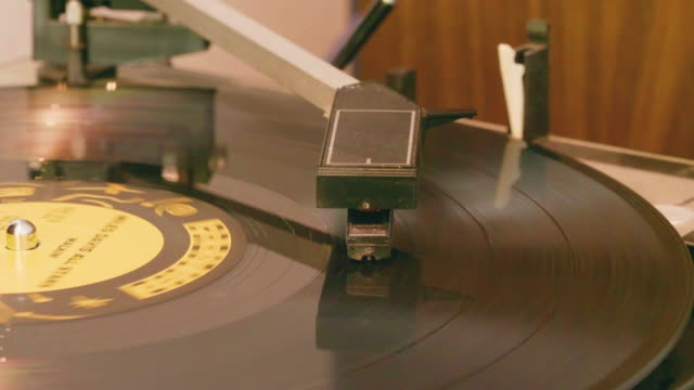 stockvideo's en b-roll-footage met vintage vinyl record in coffeeshop - verzameling