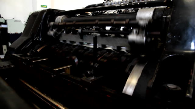 stockvideo's en b-roll-footage met vintage printing machine - drukpers