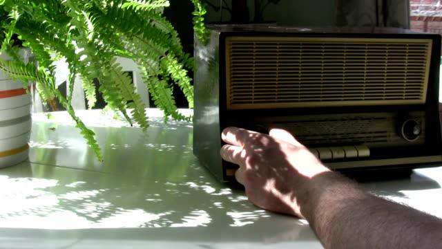 vídeos de stock, filmes e b-roll de rádio vintage - rádio eletrônico de áudio