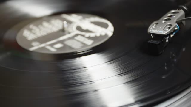 vintage record player closeup - plattenspieler stock-videos und b-roll-filmmaterial