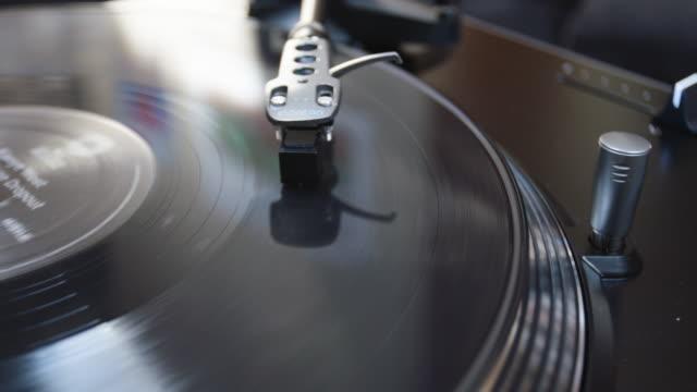 vidéos et rushes de vintage record player closeup - disque vinyle
