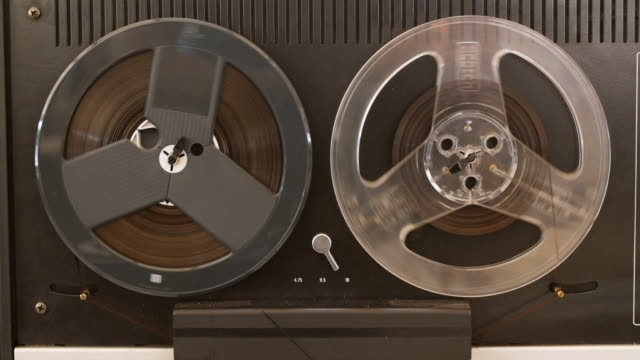 stockvideo's en b-roll-footage met vintage reel te reel tape recorder-speler - retro style