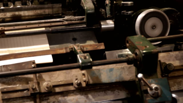 vidéos et rushes de vintage thread book sewing machine work – how to print book in old style technology - passé