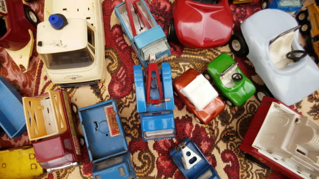 vintage toy cars offered at the open flea market - gruppe von gegenständen stock-videos und b-roll-filmmaterial