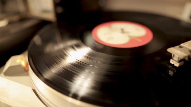 stockvideo's en b-roll-footage met vintage draaitafel roterende vinyl plaat, een stylus met een naald - vinylplaat