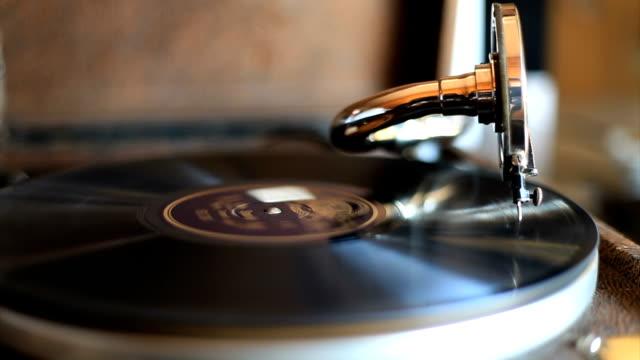 vintage turntable spinning - jukebox stock videos & royalty-free footage