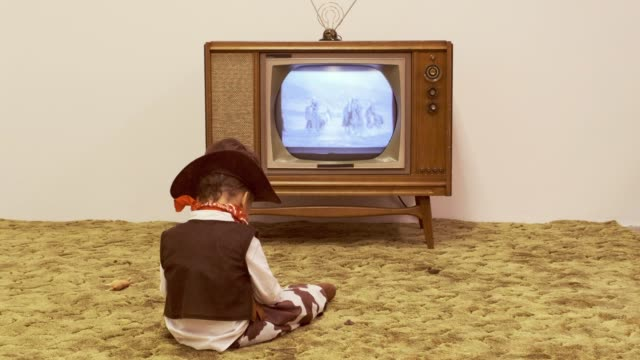 vídeos de stock e filmes b-roll de vintage tv and little boy cowboy - 1950