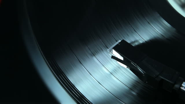 stockvideo's en b-roll-footage met vinyl lp record and turntable. - draaitafel