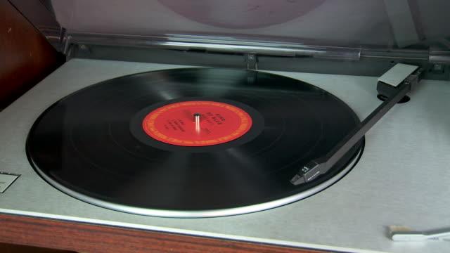 vidéos et rushes de vinyl record player starts playing - disque vinyle