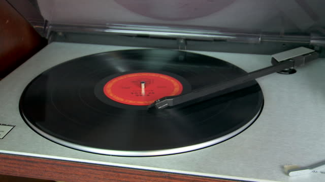 stockvideo's en b-roll-footage met vinyl record player stops playing at end of side - draaitafel