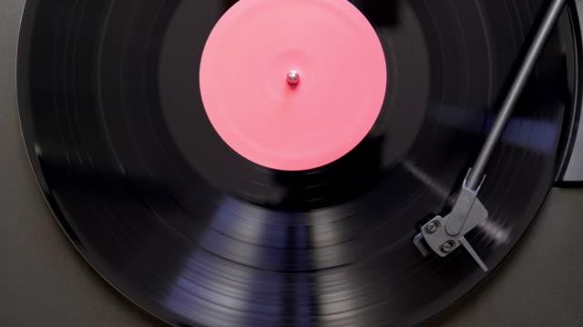 stockvideo's en b-roll-footage met vinyl record spinning op draaitafel - vinylplaat