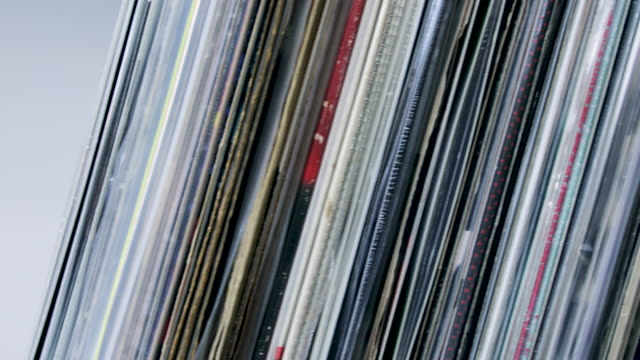 vídeos de stock e filmes b-roll de vinyl records - disco audio analógico