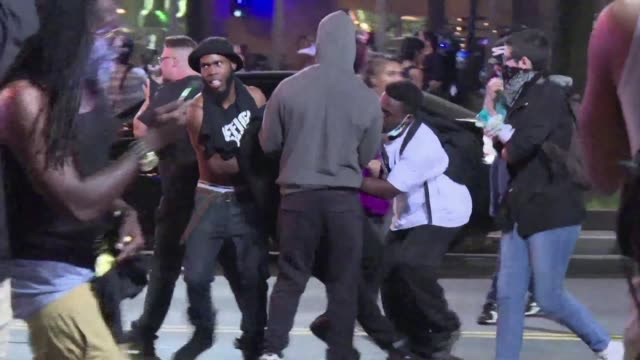 stockvideo's en b-roll-footage met violence breaks out in charlotte north carolina for a second night as police confront a repeat of clashes ignited by the fatal police shooting of a... - confrontatie