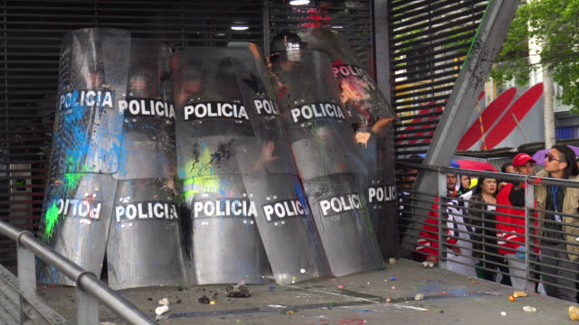 vídeos y material grabado en eventos de stock de violent clashes erupted between police and demonstrators during a university student protest on october 10, 2019 in bogota, colombia. students march... - marchar