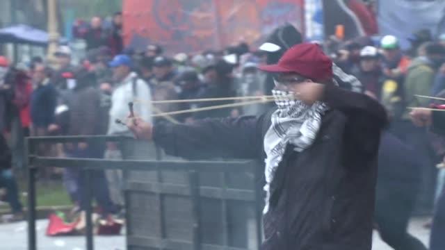 violentos disturbios estallaron el miercoles en las afueras del congreso argentino en contra del presupuesto de austeridad para 2019 que se debate en... - congreso stock videos and b-roll footage