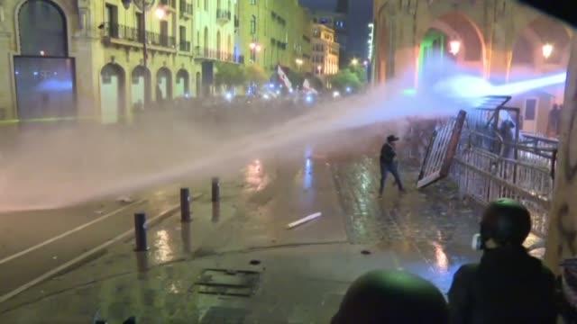 violentos enfrentamientos entre manifestantes y la policia con saldo de al menos 70 heridos estallaron el domingo en beirut un día despues de choques... - día stock videos & royalty-free footage