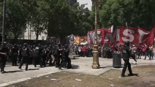 violentos enfrentamientos entre manifestantes y policias estallaron el lunes en buenos aires en la plaza del congreso donde diputados debatian una... - mauricio macri stock videos and b-roll footage