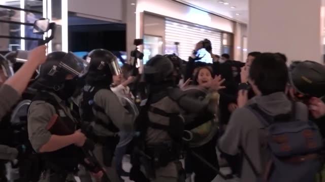 violentos incidentes estallaron durante la noche del 24 de diciembre entre policias antimotines y manifestantes prodemocracia en un centro comercial... - centro comercial stock videos & royalty-free footage