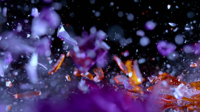 slo mo ld violett und rotes kristallglas trifft die oberfläche und zerschmettert in stücke - zerbrechen stock-videos und b-roll-filmmaterial