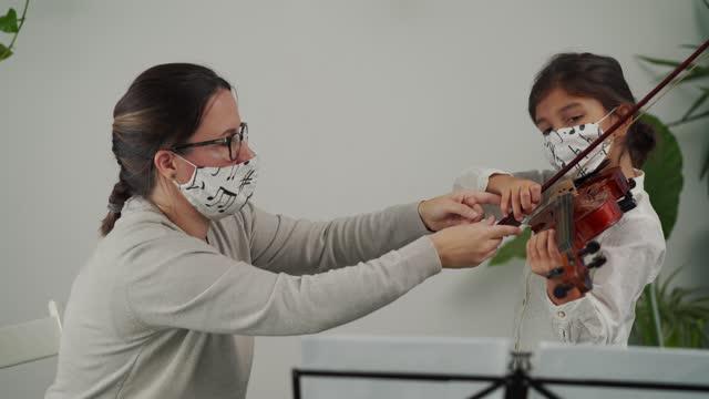 vídeos y material grabado en eventos de stock de clase de violín durante la pandemia del virus corona - enseñar