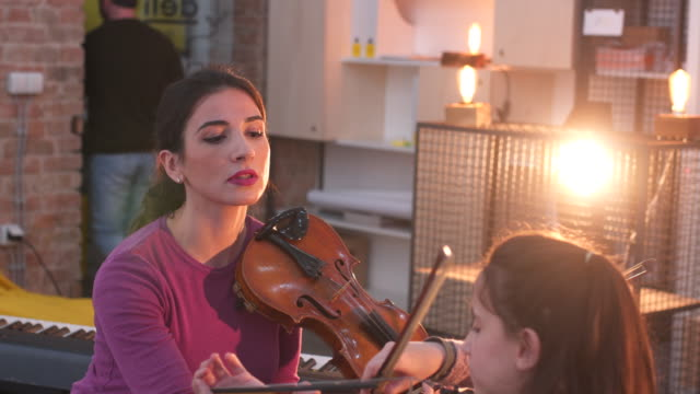 vídeos de stock, filmes e b-roll de aula de violino - violino