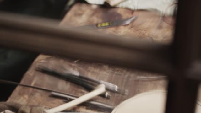 vídeos y material grabado en eventos de stock de violín cafetera escultura - work tool