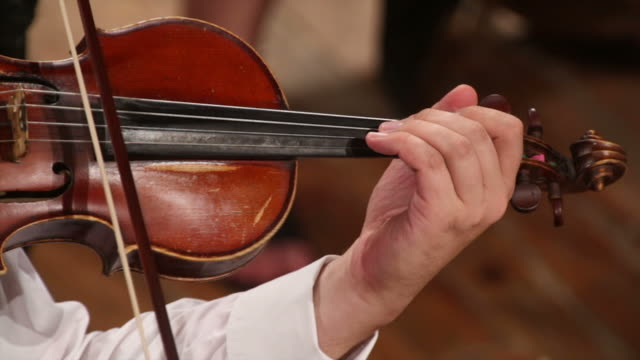 vídeos de stock, filmes e b-roll de violino player - teatro clássico