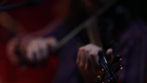 vídeos de stock, filmes e b-roll de violinista tocando violino elétrico no palco - violino