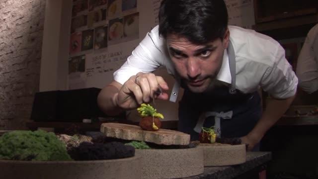 virgilio el chef y dueno del mejor restaurante de latinoamerica ofrece un viaje por los ecosistemas de peru - restaurante stock videos & royalty-free footage