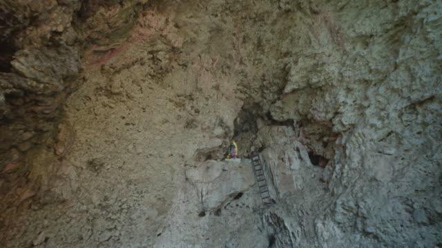 stockvideo's en b-roll-footage met virgin in a cave at sumidero canyon - verwonderingsdrang