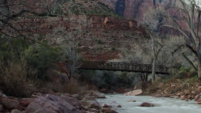 vidéos et rushes de virgin river bridge parc national de zion, utah - roche sédimentaire