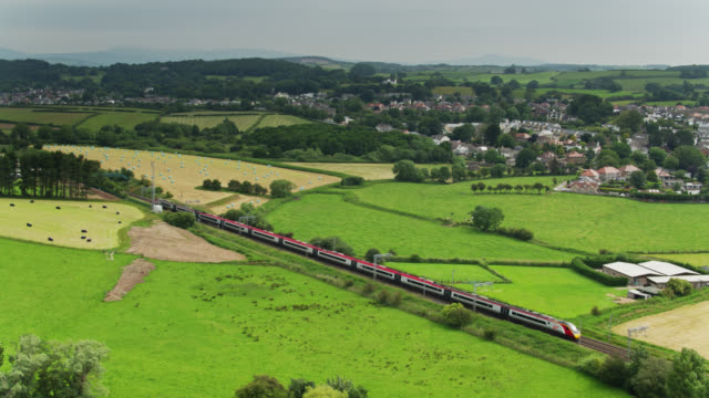 vídeos de stock e filmes b-roll de virgin train passing through slyne with hest, lancashire - drone shot - europa locais geográficos