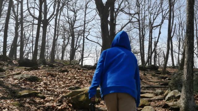 stockvideo's en b-roll-footage met virginia boy in blue coat walks up hill - virginia amerikaanse staat