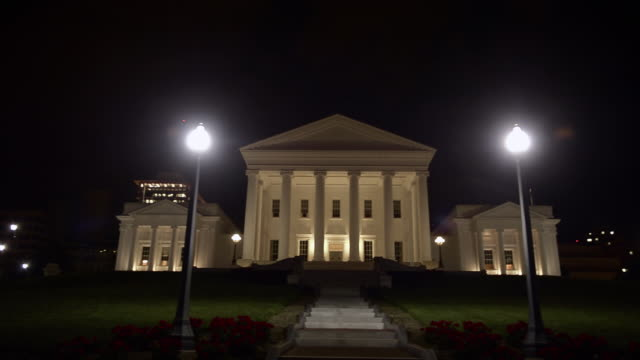vídeos y material grabado en eventos de stock de ws pan virginia state capitol building at night / richmond, virginia, usa - neoclásico