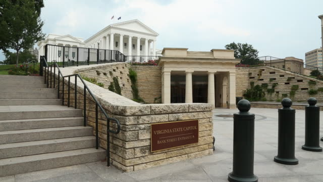 ws pan virginia state capitol building / richmond, virginia, usa - バージニア州 リッチモンド点の映像素材/bロール