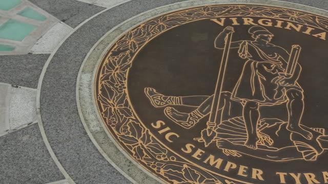 ms virginia state seal at the steps of virginia state capitol building / richmond, virginia, usa - バージニア州点の映像素材/bロール