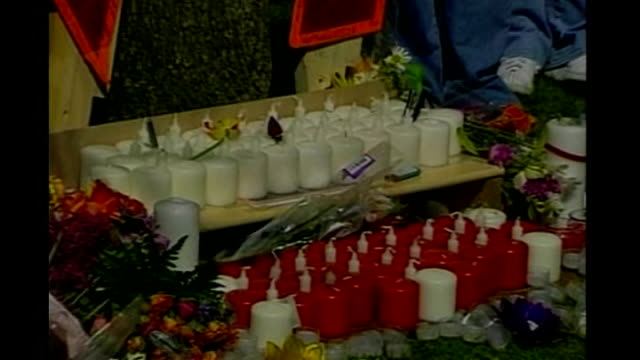 virginia tech massacre: report results; tx 17.4.07 virginia tech: ext makeshift shrine with flowers and candles night various shots of friends and... - memorial event stock videos & royalty-free footage