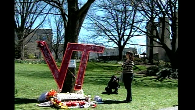 vídeos de stock e filmes b-roll de details emerge about gunman cho seunghui virginia tech university makeshift memorial made by students in memory of those killed covered in tributes... - virginia polytechnic institute and state university