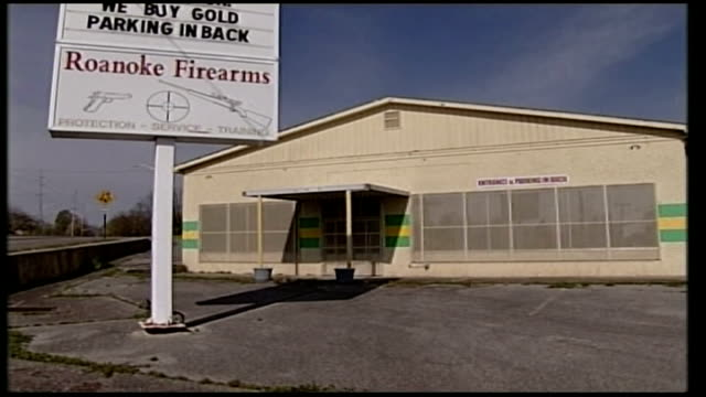 vídeos de stock e filmes b-roll de details emerge about gunman cho seunghui roanoake firearms warehouse shop and sign - virginia polytechnic institute and state university