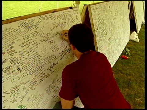 vídeos de stock e filmes b-roll de campus condolence boards students signing condolence boards on campus - virginia polytechnic institute and state university
