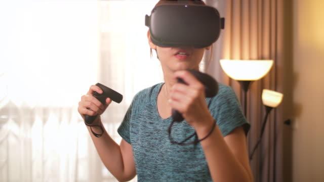 stockvideo's en b-roll-footage met virtual reality oefenen thuis - alleen één jonge vrouw