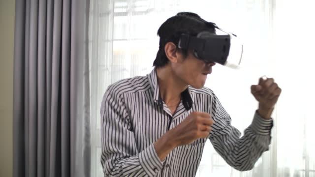 vídeos y material grabado en eventos de stock de gafas de realidad virtual y boxeo solo en casa - 30 39 years