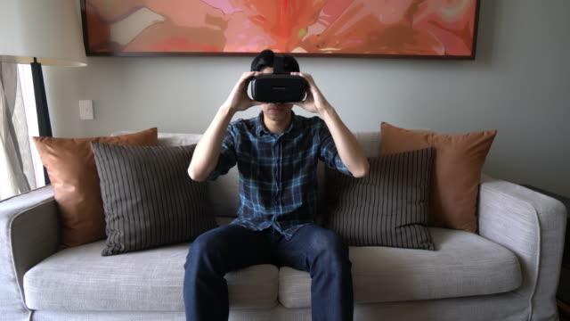 vídeos y material grabado en eventos de stock de auriculares de realidad virtual - gafas panoramicas