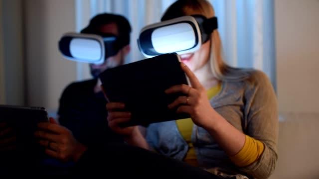 vídeos y material grabado en eventos de stock de realidad virtual es impresionante - juego electrónico de bolsillo