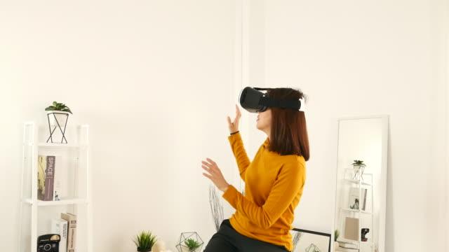 Virtuele realiteit simulator googles hoofdtelefoon jonge Aziatische vrouw