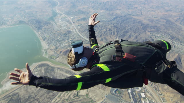 vidéos et rushes de virtual reality skydiver falls past camera - danger