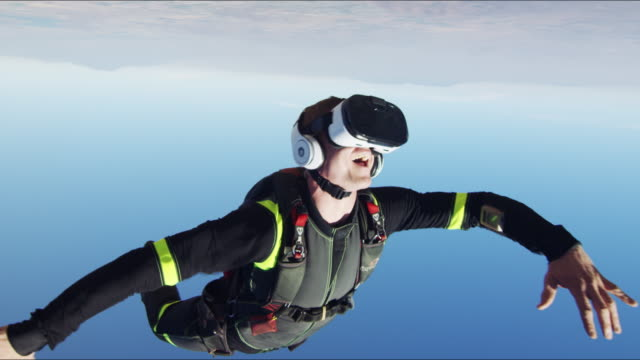 vídeos de stock e filmes b-roll de virtual reality skydiving - close up - estupefação