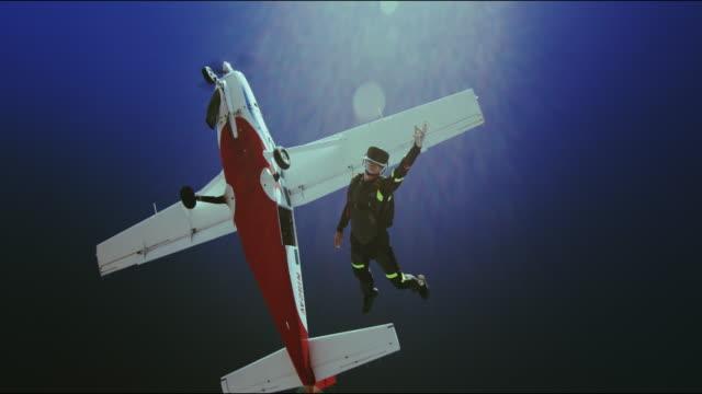 vídeos de stock, filmes e b-roll de virtual reality skydiving - diving from an airplane - paraquedismo