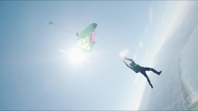 vídeos de stock, filmes e b-roll de virtual reality skydiving - parachute opening - paraquedismo